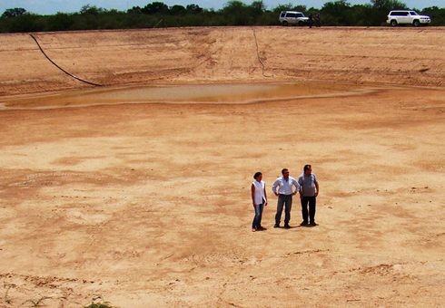Construcción de reservorio de agua en el chaco paraguayo